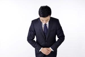 頭を下げるビジネスマン写真