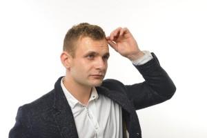 髪を気にする外国人男性